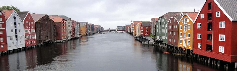 30.06.2010, Norwegen, Trondheim, typische skandinavische Handels-Häuser am Fluss Nidelva